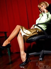 Leggy MILF secretary in sheer nylon pantyhose and high heels