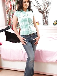 Gorgeous brunette Kelly fresh out of her casual clothes.