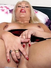 Sultry curvy Francesca Kitten