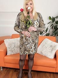 Curvy new model Venuse loves flowers