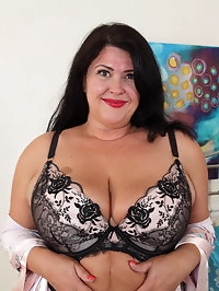 Curvy matue lady playing with herself