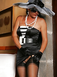 Luxurious harlot shows her perfect body
