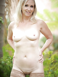Naughty Anilos Annabelle Brady fingers her needy mature..