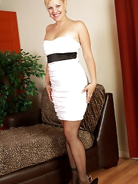 Elegant and blonde 32 year old Kelly L looking beautiful..